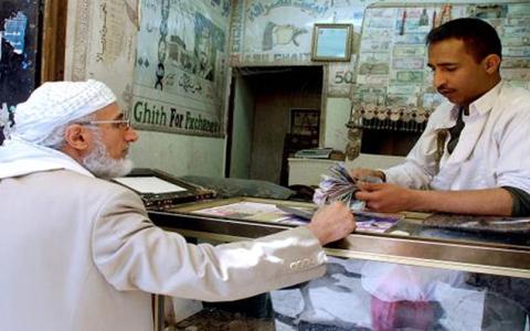 الصورة: الحوثيون يداهمون محلات الصرافة في صنعاء ويصادرون الملايين من العملة الجديدة