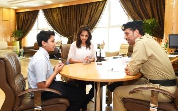 الصورة: قائد عام شرطة دبي يحقق أمنية طالب بلقائه في عيد ميلاده