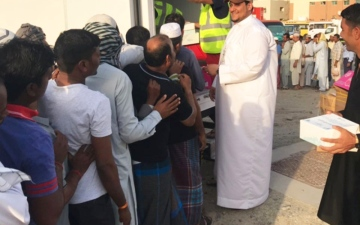 الصورة: شرطة دبي توزّع 4 آلاف وجبة على العمال ضمن «إفطار صائم»