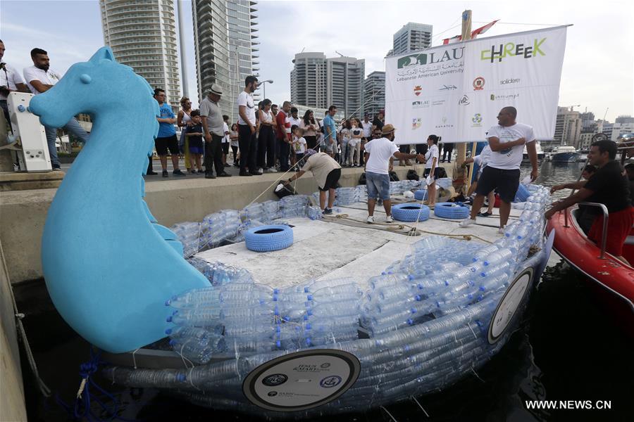 قارب من عبوات البلاستيك