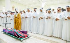 الصورة: حاكم رأس الخيمة يؤدّي صلاة الجنازة على جثمان سعيد الشامسي