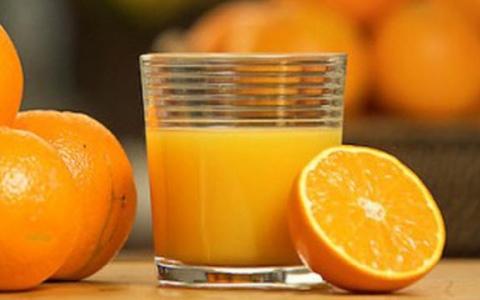 الصورة: عصير البرتقال يشكل خطراً على الأطفال