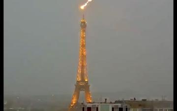 الصورة: شاهد.. صاعقة تضرب برج إيفل