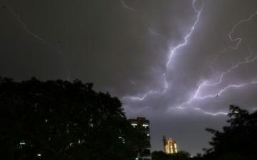 الصورة: مقتل 30 شخصاً بسبب عواصف وصواعق ضربت ولايات هندية