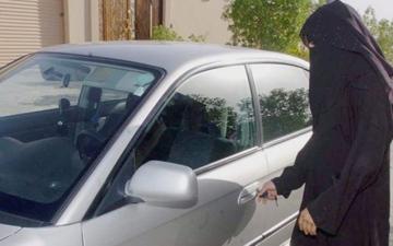 الصورة: فيديو.. إصدار وتسليم أولى رخص القيادة النسائية في السعودية