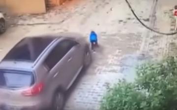 الصورة: معجزة تنقذ طفلاً من الموت بعدما دهسته أمه