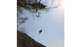 الصورة: دفاع مدني المنطقة الشرقية ينقذ شخصاً علق في جبال خورفكان