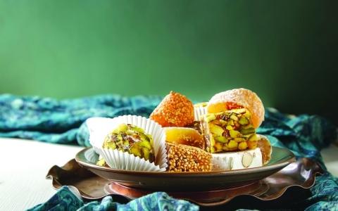 الصورة: مخاطر صحية جسيمة للإفراط في تناول الحلويات خلال العيد