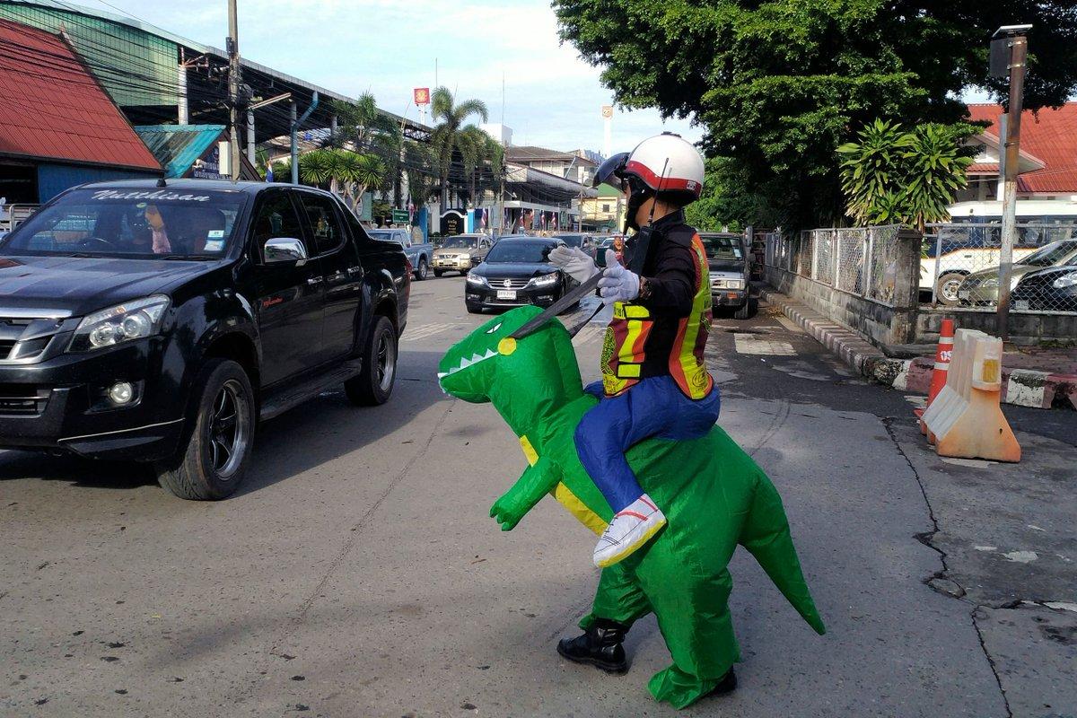 ديناصور ينظم حركة المرور في بانكوك