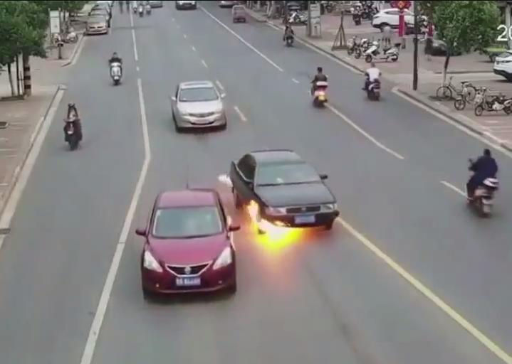 بالفيديو.. موجة هوائية ساخنة تجرف شرطياً