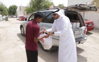 الصورة: محمد علي.. 18 عاماً يتعاطى التطوع على طرقات الأمل