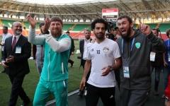 الصورة: محمد صلاح يرفع معنويات المنتخب المصري ويبدأ التدريبات