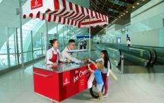 الصورة: طيران الإمارات تقدم الـ«آيس كريم» لركابها في مطار دبي