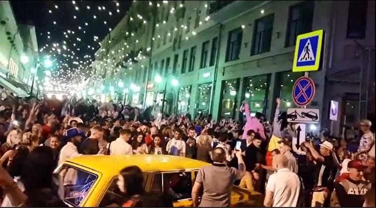 بهجة المونديال تنتقل إلى شوارع روسيا