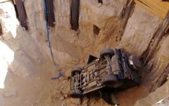 الصورة: «مدني دبي» ينقذ شخصاً سقط بسيارته في حفرة