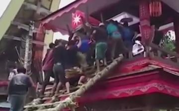 الصورة: بالفيديو.. تابوت الأم يقتل ابنها