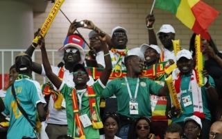 الصورة: أجواء احتفالية لجماهير المنتخبين البولندي والسنغالي