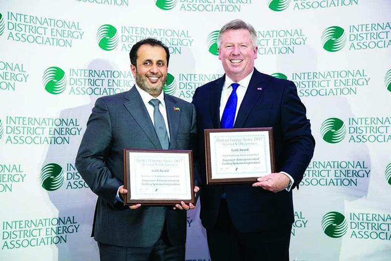 أحمد الشعفار يتسلم الجوائز من روب تورتون رئيس الجمعية العالمية لتبريد المناطق ــ البيان
