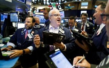 الصورة: ترامب يؤجج الحرب التجارية مع الصين.. والأسواق العالمية تتهاوى