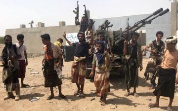 الصورة: رايات النصر تدحر الحوثي وتطهر مطار الحديدة بالكامل