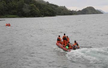 الصورة: تواصل البحث عن مفقودين إثر غرق عبارة في إندونيسيا