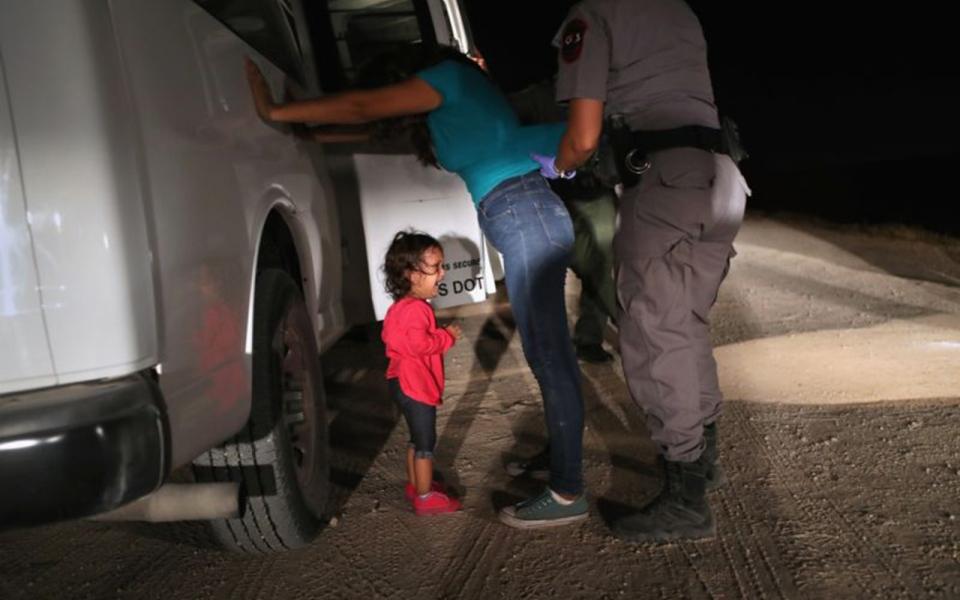 الصورة: مذيعة تنفجر باكية على المباشر بعد قرار ترامب بفصل أطفال المهاجرين
