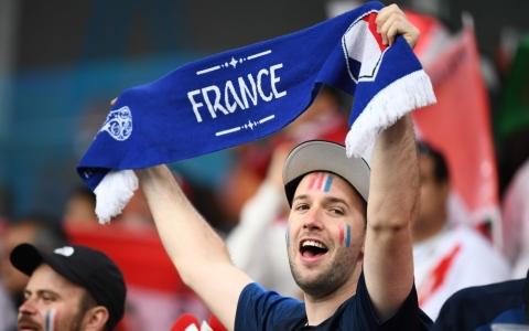الصورة: كرنفال جماهير فرنسا وبيرو في ملعب إيكاترينبورج