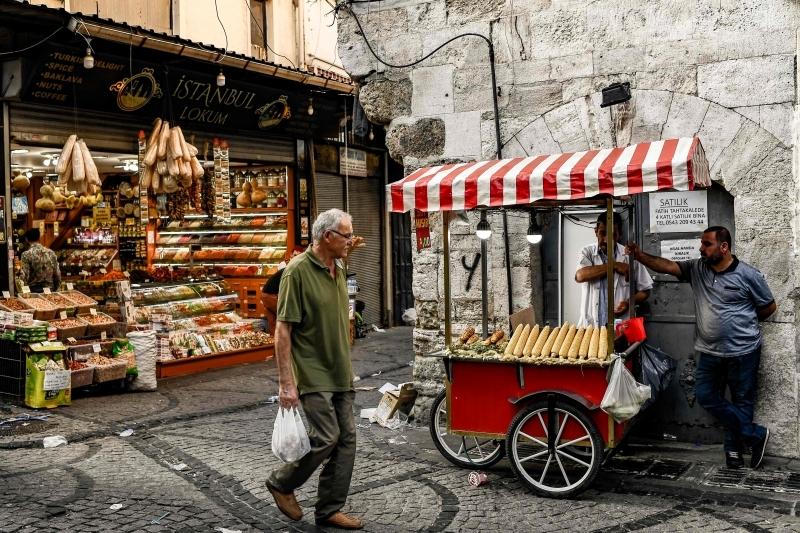 تركي يسير في وسط سوق اسطنبول التي يعاني سكانها من ارتفاع الأسعار أ.ف.ب