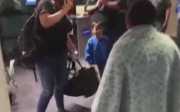 الصورة: أميركا تعيد طفلاً لأمه اللاجئة