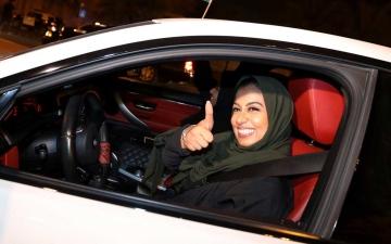 الصورة: الصور الأولى للسعوديات خلف مقود السيارة