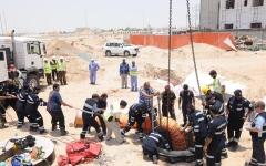 الصورة: «مدني أبوظبي» ينقذ عاملاً سقط في حفرة بمنطقة الشوامخ