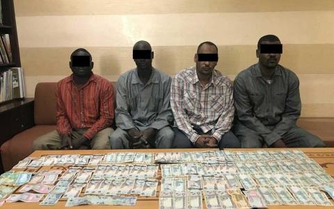 الصورة: سقوط عصابة سرقت مبلغاً مالياً من أحد عملاء البنوك