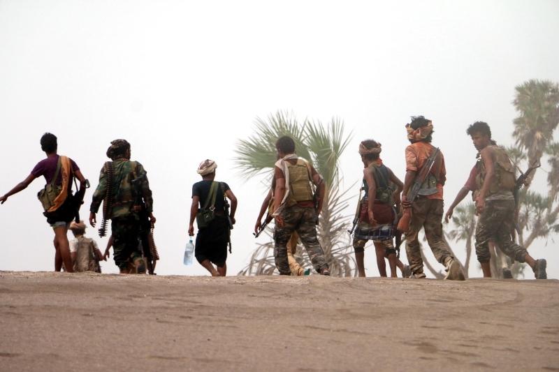 الصورة : عناصر من المقاومة اليمنية على خط القتال جنوبي الحديدة  ـــ  إي.بي.إيه