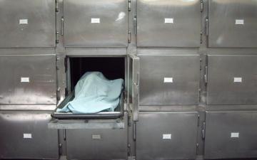 الصورة: العثور على  11 جثة معلقة بسقف المنزل