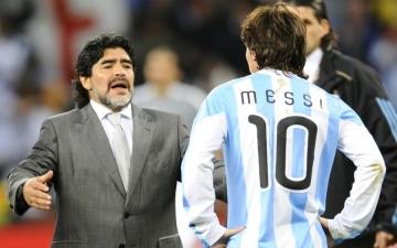 الصورة: مارادونا يعرض تدريب منتخب الأرجنتين مجاناً