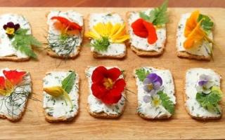 الصورة: زهور صالحة للأكل تزين الموائد