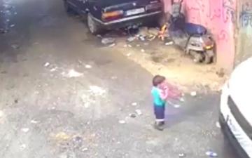 الصورة: بالفيديو.. نجاة رضيع من الموت بعد مرور شاحنة فوقه