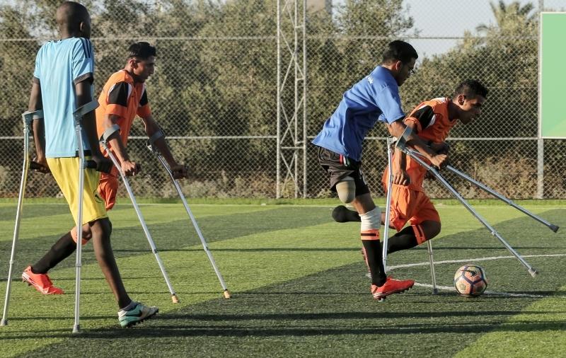 الصورة : فريق الأطراف المبتورة يلعب كرة القدم ـــ أ.ف.ب