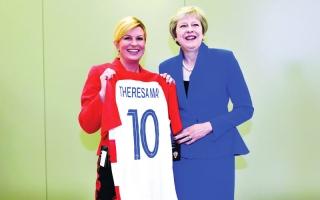 الصورة: الصورة: رئيسة كرواتيا تهدي زعماء العالم قميص «الناري»