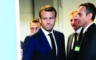 الصورة: الصورة: ماكرون يفاجئ لاعبَين فرنسيين