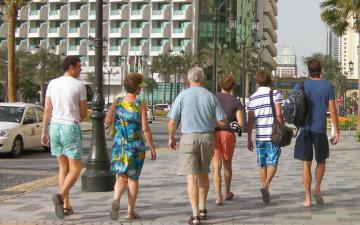 الصورة: الإمارات تعفي أبناء السياح من رسوم التأشيرة خلال الصيف