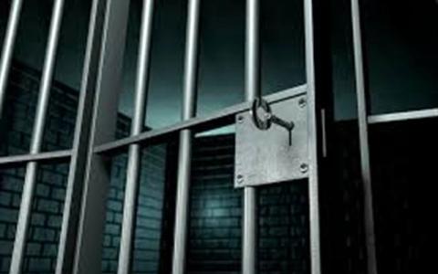 الصورة: حاول مساعدة زائر للحصول على عمل فأرسله خلف القضبان