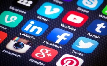 الصورة: نصف الأشخاص في الإمارات غير مرتاحين لمشاركة مواقع التواصل
