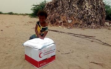 الصورة: «الهلال الأحمر» توزّع 800 سلة غذائية على أهالي أبين