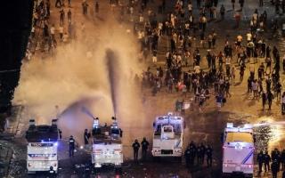 الصورة: الصورة: الشغب يفسد احتفالات فرنسا بلقب المونديال