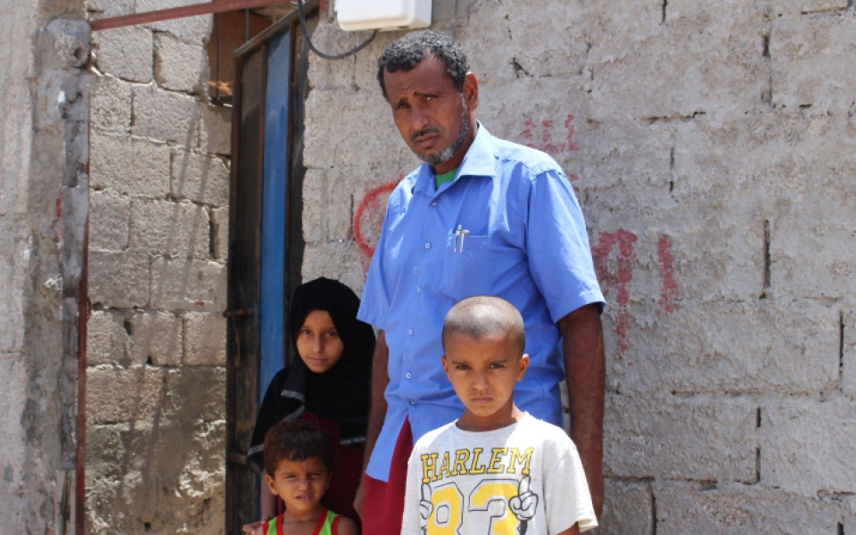 الصورة: محمد الأهدل.. مدرس يمني قاوم التدمير الحوثي للتعليم