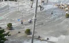 الصورة: شاهد أمواج التسونامي تفاجىء السياح في إسبانيا