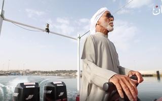الصورة: الصورة: قبطان ثمانيني يصارع أمواج البحر ويروي أسراره