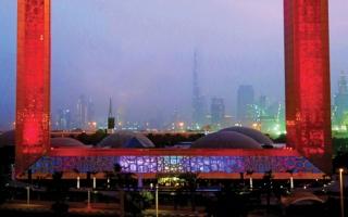 """الصورة: ترحيب بلون العلم""""برواز دبي"""": #هلا_بالصين"""