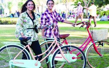 الصورة: «دراجات مستدامة» تدخل فتاتين من دبي عالم الشهرة